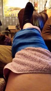 Knät ligger på kylning! En påse frysta grönsaker är kanonbra att ha i frysen när man skadar knäet!