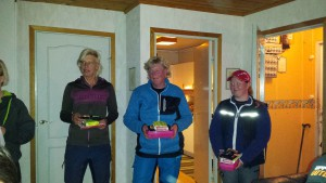 Våra 3 duktiga instruktörer Anneli Dammberg, Carina Sehlin och Anna Eklund som drillat oss i sök, lydnad och spår